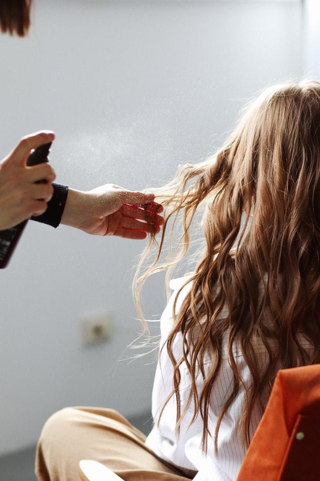 Na jakie usługi możemy liczyć w salonie fryzjerskim?