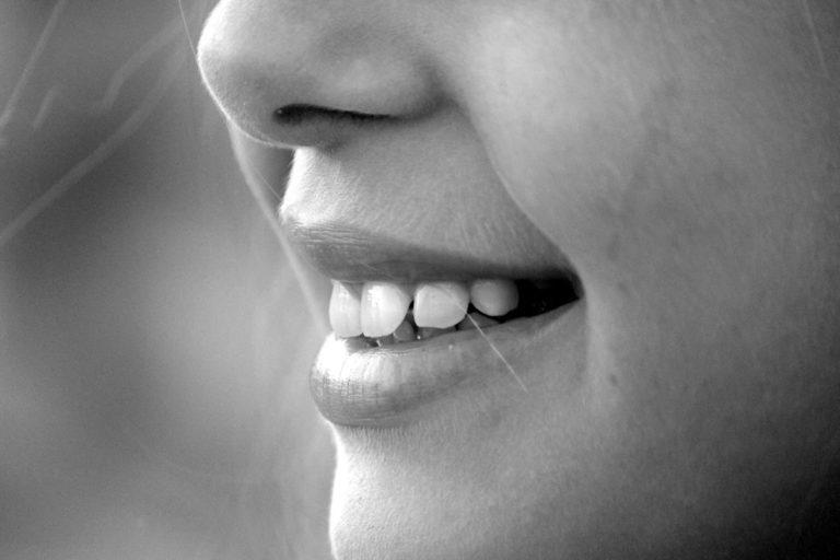 Jaką szczoteczką manualną najlepiej myć zęby?